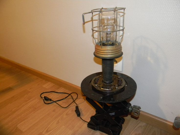 lampe faite a partir d un crique et de pi ces d tach es de voiture et d une baladeuse lampe de. Black Bedroom Furniture Sets. Home Design Ideas