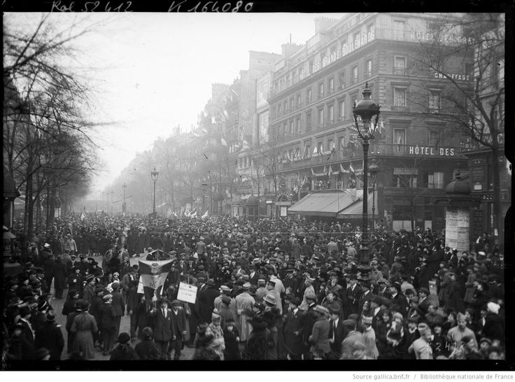 Les Grands boulevards le jour de l'armistice [la foule en liesse à l'occasion du 11 novembre 1918] : [photographie de presse] / [Agence Rol]