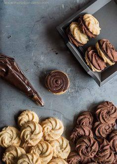 Preciosas rosas de galleta hechas con masa de chocolate, formadas con manga pastelera y rellenas de ganache. Explicadas con fotos paso a paso.
