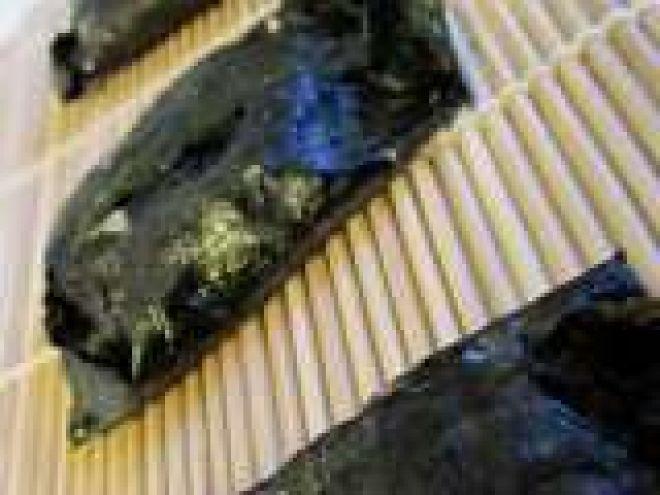 Fagottini di alga nori con riso integrale, tofu e umeboshi