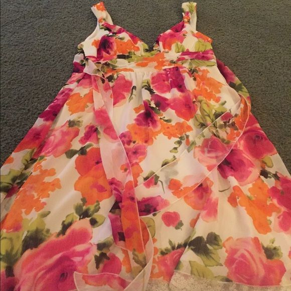Knee length flowery dress Cute flowered dress about knee length. No sleeves and worn only couple times. Dresses