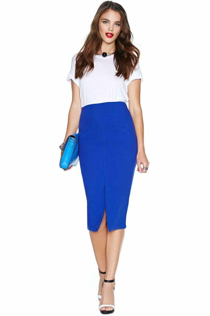 la jupe crayon de couleur bleu foncé, t-shirt blanc
