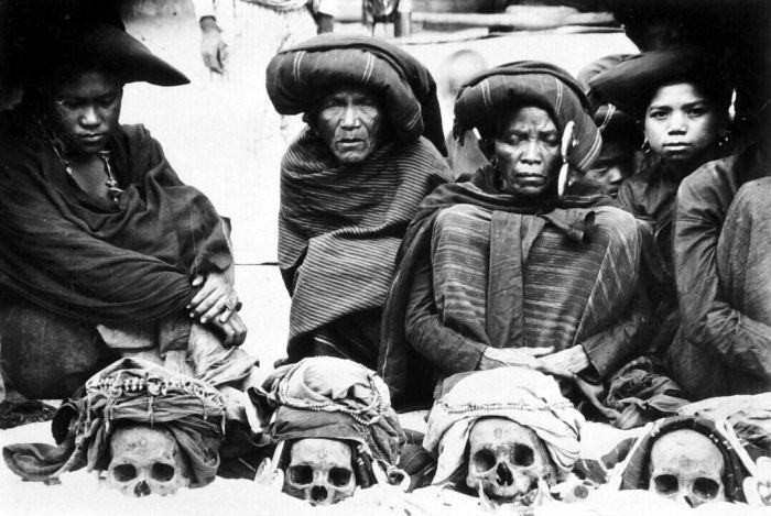 * groupe Karo-Batak (Nord Sumatra) avec rangée de crânes d'ancêtres - photo Tassilo Adam (1878-1955)