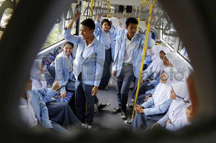 Bus Sekolah Gratis untuk Pelajar Bandung http://sin.do/9IAN  http://photo.sindonews.com/view/11517/bus-sekolah-gratis-untuk-pelajar-bandung