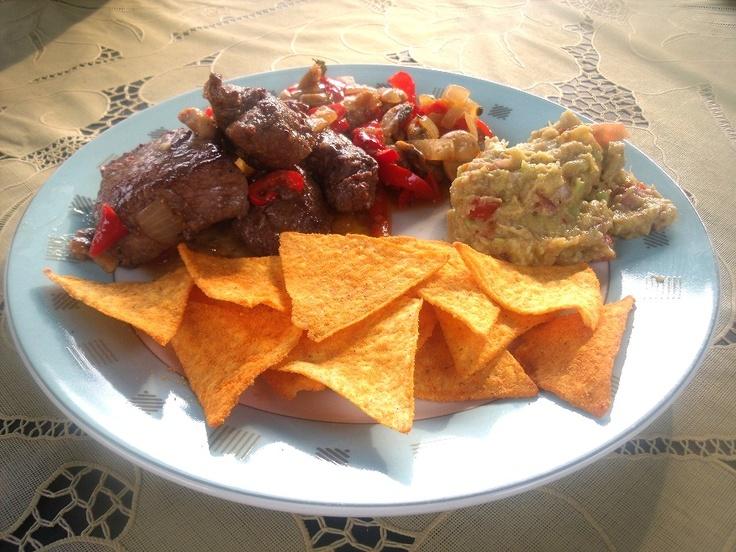 Biefstukpuntjes met gebakken champignon, paprika, ui en knoflook, guacamole en tortilla nacho chips