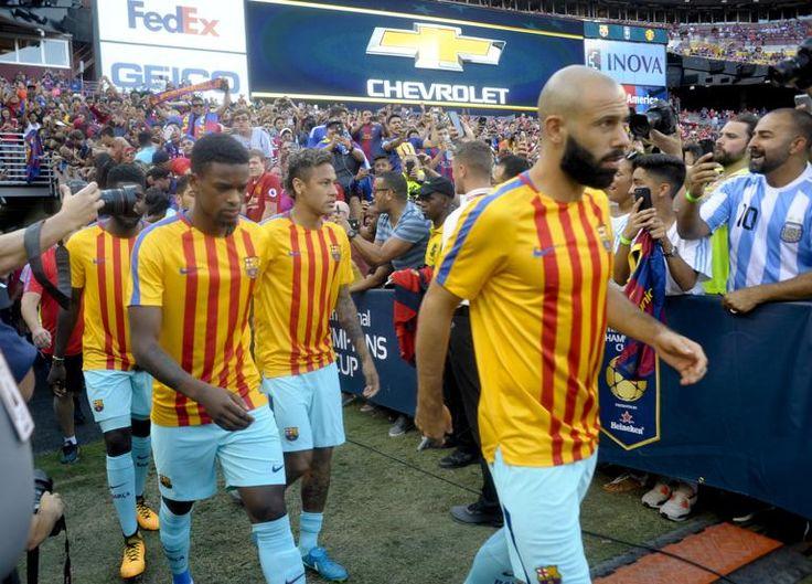 Los jugadores del Barça, con Mascherano en primer plano, salen al FedEx Field para calentar.