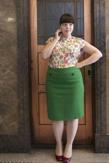 Floral Bürokleidung. Ich liebe die Bluse. Ich könnte niemals einen Rock wie diesen tragen.
