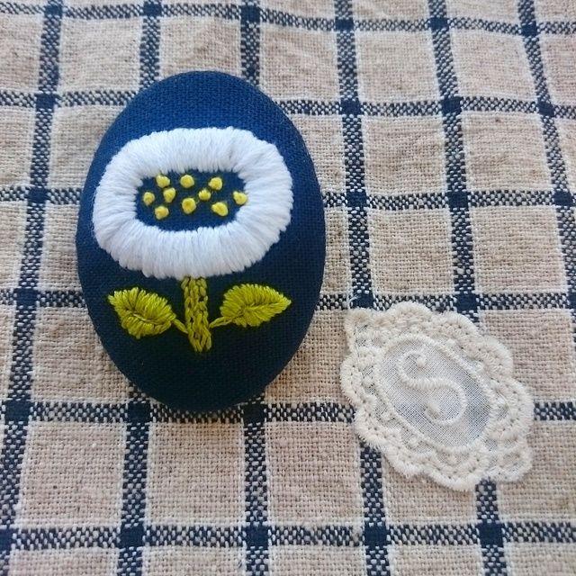 白い花 刺繍ブローチ 夏カラー
