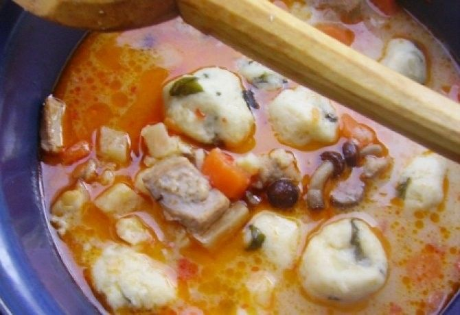 Burgonyagombóc-leves recept képpel. Hozzávalók és az elkészítés részletes leírása. A burgonyagombóc-leves elkészítési ideje: 75 perc