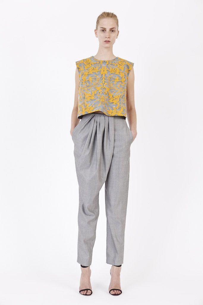 Pantalón gris y blusa amarilla para una invitada a boda de día o de noche