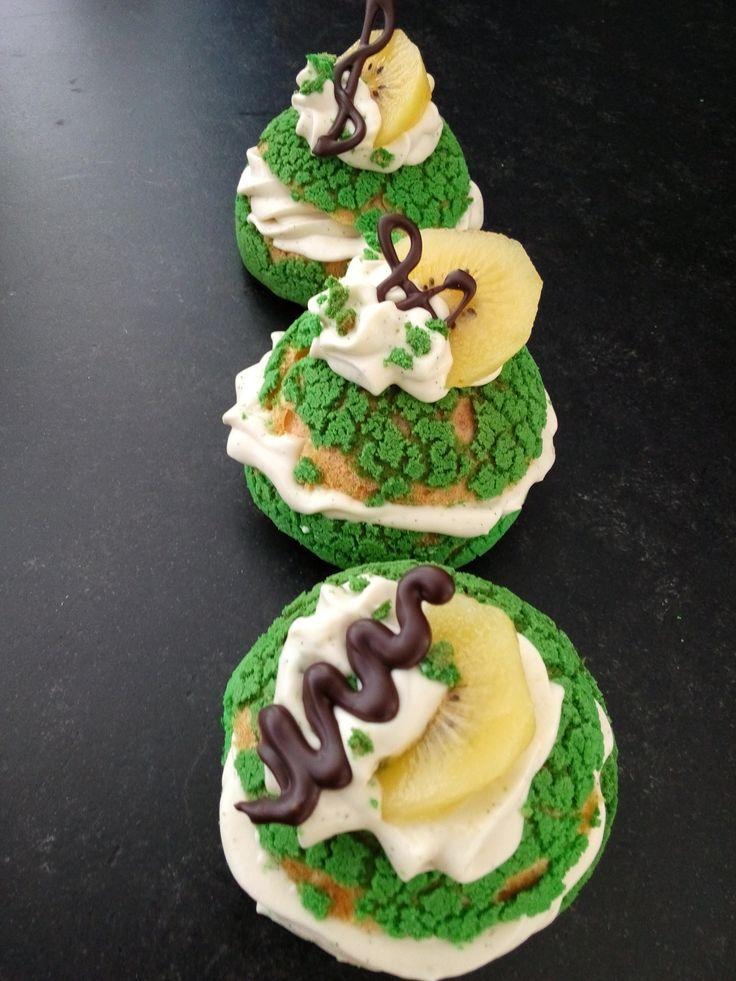 Wat gebakjes die ik heb gemaakt met mijn Groene Tijgersoezen. Ze zijn gevuld met Zwitserse Room met Vanille en groene thee,