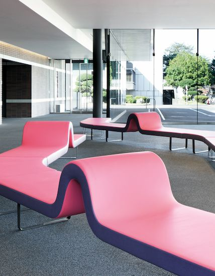 Highway is ideally suited for lobbies, hotels, airports and other public spaces, the broad and versatile collection allows limitless configurations that create islands, linear and angular benches, or curved compositions.