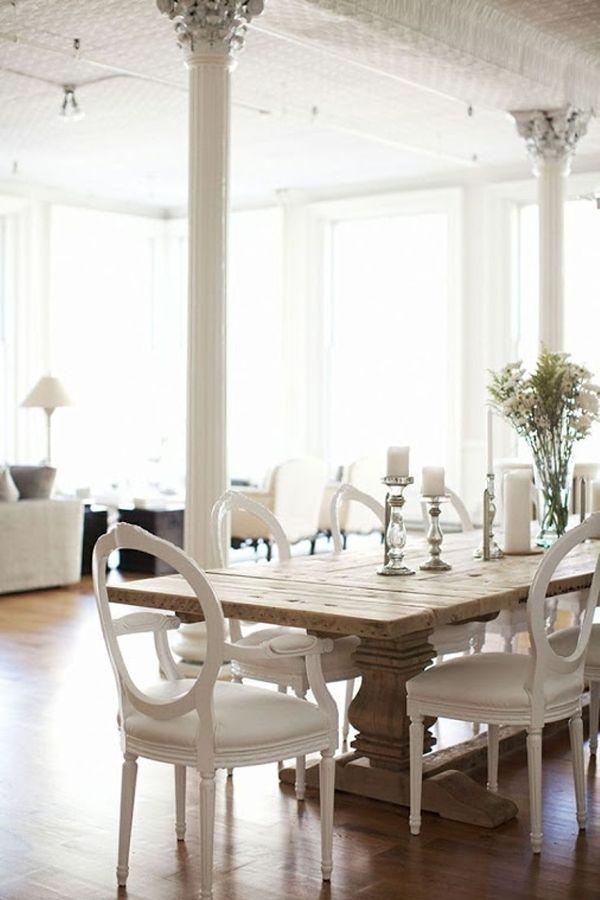 tavolo da soggiorno con sedie bianche