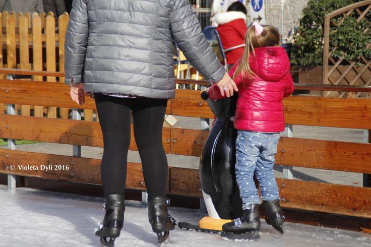 Pattinare sul ghiaccio all'aperto . Divertimento puro .