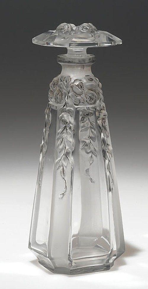 1913 botella de perfume 'Vasti', diseñado por Daillet para Gueldy en vidrio claro con flores en el tapón y se arrastran por las esquinas y detalladas con esmalte gris.