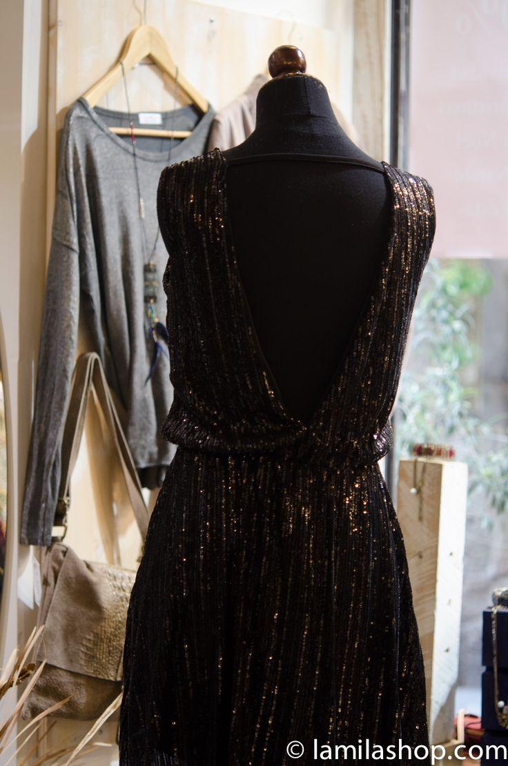 vestido negro con escote en la espalda...