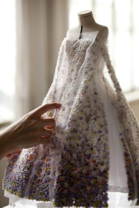 Robe du soir en organza blanche brodée de mousseline dégradée façon pointilliste, haute couture automne-hiver 2012