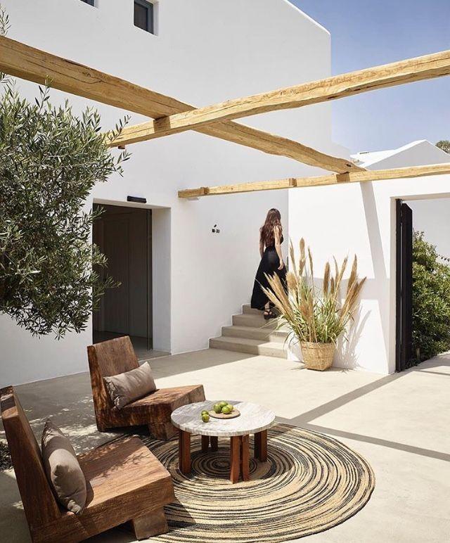 Salon de jardin avec fauteuil et poutres en bois #salon ...