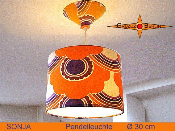 Leuchte SONJA D 20 cm Pendellampe mit Diffusor und Baldachin Retrodesign. Die Pendelleuchte SONJA mit passendem Baldachin und Diffusor ist aus originalem Retrostoff der 70er Jahre gefertigt. Das Prilblumen Muster sorgt für eine sonnige Stimmung.