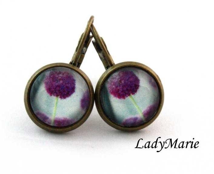 Violette Bronzeohrhänger in Handarbeit gefertigt.     Mittelpunkt ist das wunderschöne Blütenmotiv.    Gerne fertige ich auch Ohrstecker mit dem selbe