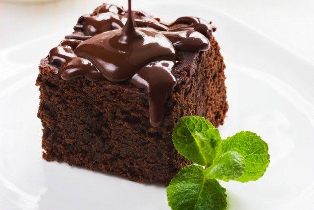 La torta quattro quarti al cioccolato è un dolce veloce e semplice da realizzare ma estremamente goloso. Ecco la ricetta