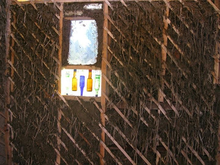 Reuso de ventana de Chevrolet 400 + botellas + barro. Construcción Natural en Mallín Ahogado, Patagonia.
