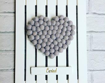 kunst aan de muur pallet, pallet kunst, pallet decor, rustieke kunst, wand decor, vilt pom-poms, vilten hart, home decor, huwelijksgeschenk, gepersonaliseerde, aangepaste