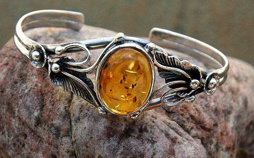 A beautiful amber bracelet...look at the detail of the silver work!  jewelrymakingjewelrydesigning.blogspot.com