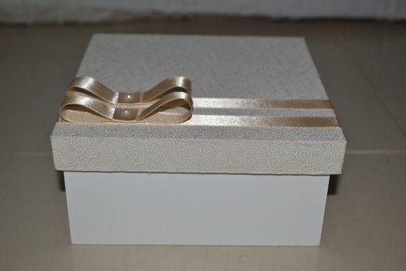 Caixa em MDF com a parte de baixo pintada a mão e a tampa forrada com tecido de algodão, decorada com fita e laço de cetim.  Dimensões: Caixa 15x15x7cm  Dimensões: Tampa 15x15x2cm    Ideal para lembrancinha de casamento.    Pedido mínimo de 10 unidades. R$ 17,00