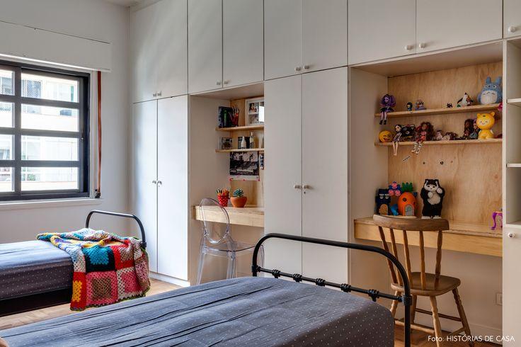 quarto de criança com escrivaninhas encaixadas na marcenaria do guarda-roupa