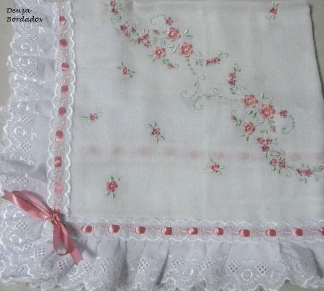 Manta feita em fralda Cremer, bordada na m�quina ou em aplique, com acabamento em bordado ingl�s e passa fita. <br> <br>Bordados variam de acordo com a escolha do Cliente.
