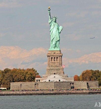 The Statue of Liberty as seen from the Staten Island Ferry   La estatua de la libertad vista desde el ferry a Staten Island