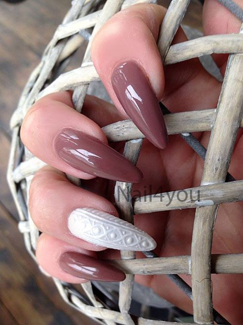 Uv gele i fede farver, her det man kalder strik negle, eller knitting nails. Her er ikke brugt negle tipper, neglene er bygget på på skabelon i gele.