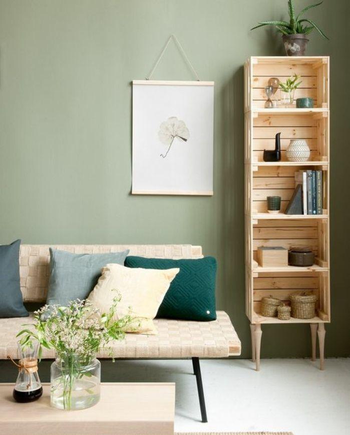 etagere cagette à cinq niveaux, caisses en bois superposées, rangement accessoires déco, livres, plantes, meuble de rangement à pieds, canapé en métal, coussins multicolores, table basse en bois, mur couleur vert pistache