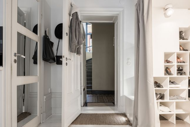 Гардероб расположился прямо у входа, а дверь в ванну сделана зеркальной и заменяет зеркало во весь рост у входа.