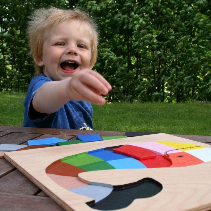 učíme se barvy s velrybou Tato hříčka bude děti dozajista bavit a to dokonce ještě než začnou barvy pojmenovávat. V první fázi hledají stejnou barvu a přikládají na správné místo (není to tak lehké, jak by se mohlo zdát, a to zejména proto, že dílek je natřený z obou stran), později se děti barvy učí pojmenovat. Na skládankách anebo knížkách o barvách pro ...