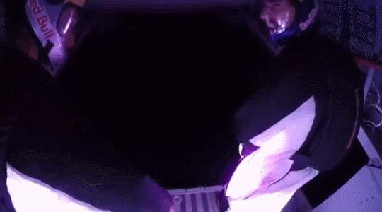 Como hacer tu propia lluvia de meteoritos: 4 paracaidistas españoles realizaron un vuelo nocturno con trajes especiales con luces LED y fuegos artificiales para imitar a las Perseidas (una lluvia de meteoritos anual que suele tener su máxima visibilidad en el mes de agosto). Si te sobran 2 minutos te recomiendo ver el video completo de su hazaña en este enlace. [x]