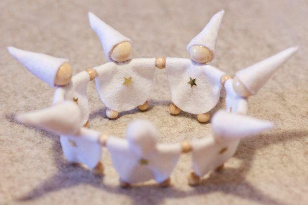 Zwergenreigen Winter für Teelichter und kleine Kerzen liebevoll von Hand gefertigt. Die Kleidung besteht aus Filz, Kopf, Füße und Hände sind Holzperlen.  Der Zwergenkreis eignet sich hervoragend...