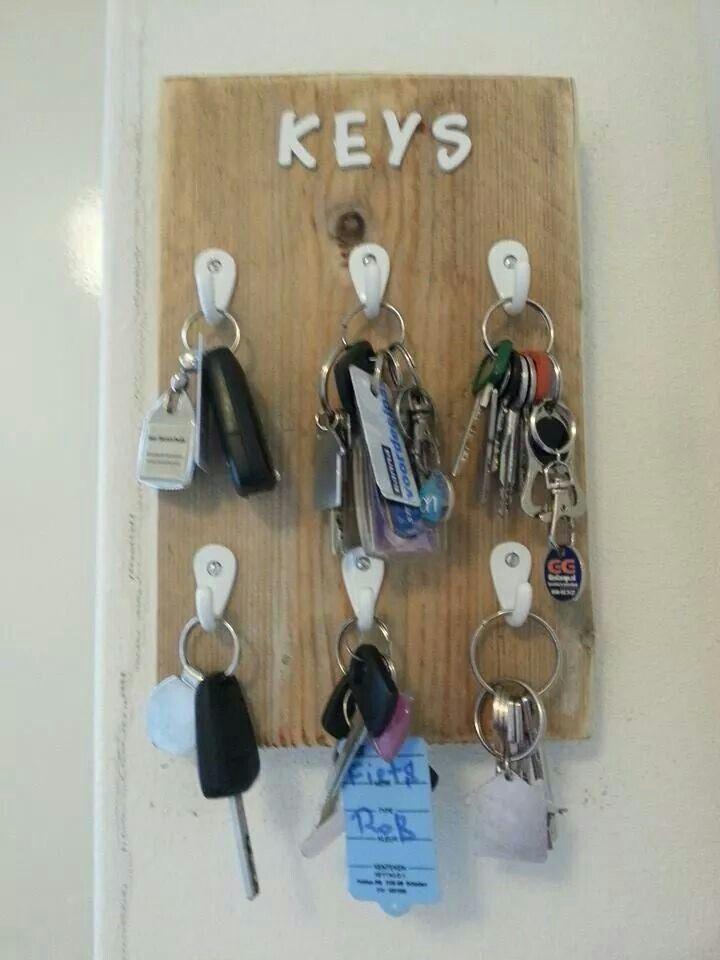 DIY sleutelrek - gemaakt van een plankje steigerhout met haakjes en houten letters
