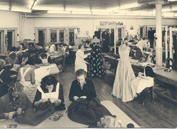 Het atelier op de vierde etage van Maison de Bonneterie aan de Rokinzijde in 1951