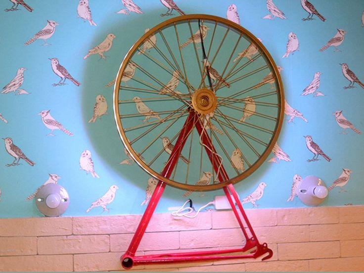 Luminária com Aro de Bicicleta. Clique e leia na íntegra.
