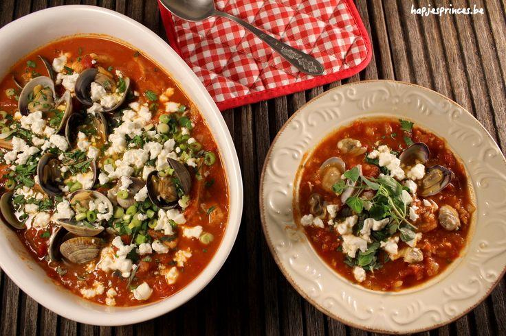 Een gezond recept geïnspireerd op een gerecht van Ottolenghi en gemaakt met de vis van het jaar hondshaai. Ik serveer hem met feta in een tomatensaus en venusschelpen. Dit stoofpotje van hondshaai is heerlijk en gezond.