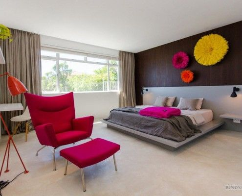 Красное кресло в спальной комнате