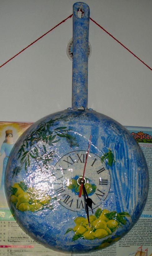 Padella-orologio con decoupage sui toni del blu.