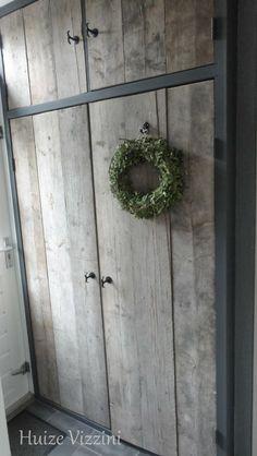 Wasmachine en droger netjes weg gewerkt achter steigerhouten deuren♥