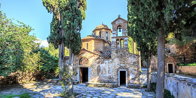 12 εκκλησίες και ξωκλήσια με κατανυκτική ατμόσφαιρα εξασφαλίζουν την μυσταγωγία της Μεγάλης Παρασκευής α λα αθηναϊκά.