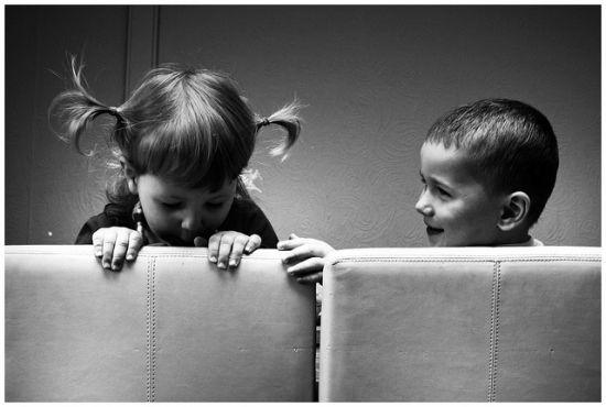 crianças no sofá