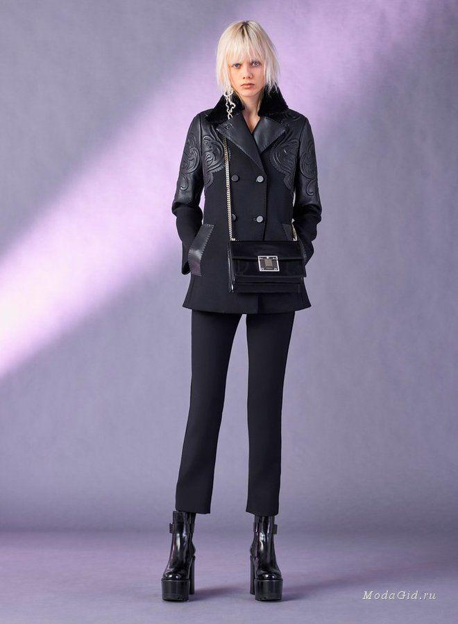 Хотя Донателла Версаче и знаменита в первую очередь своими великолепными вечерними платьями, облегающими фигуру, уже не первую коллекцию дизайнер делает ставку на другие элементы, подчеркивающие не столько красоту, сколько силу женщины: кожаные куртки, пальто в стиле милитари, спортивный стиль, металлическая фурнитура.