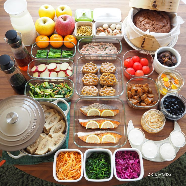 ❁.*⋆✧°.*⋆✧❁ 今週の作り置きおかずあれこれ◡̈ ・ 日々の子供達のお弁当2人分&私のお昼用。 (酢の物と冷凍物以外は2〜3日で食べ切りです) ・ 【お品書き】 1.つくねのれんこんバーグ・照り焼き 2.鮭のハーブムニエル 3.つくね種(冷凍保存用) 4.ちぎり蒟蒻の甘味噌炒め 5.人参のごまポン炒め 6.小松菜と桜えび炒め 7.鶏の肝煮 8.高野豆腐の肉詰め煮浸し 9.あっさり黒豆煮 10.さつま芋のレモン煮 11.味玉(梅・醤油麹) 12.生姜の蜂蜜漬け 13.ほうれん草の中華ナムル 14.紫キャベツのマリネ 15.わさび菜のお浸し 16.トマトのだし浸し 17.れんこんと人参と大根の甘酢漬け(柚子風味) 18.ココア蒸しパン 19.いちごジャムのレアチーズ 20.自家製 甘酒 21.自家製 麺つゆ 22.自家製 白だし 23.自家製 ふりかけ (カレー・白ごま・じゃこ) ・ 6.10.14.17.21.22.は 著書「のほほん曲げわっぱ弁当」にレシピ掲載しています 。…