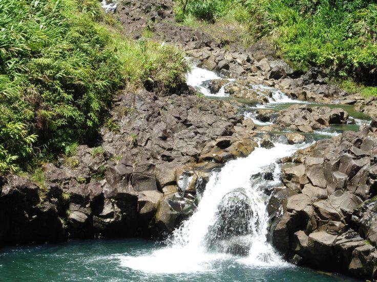 Maui, Havaiji. Lower Wailuaiki Falls. Vesiputous Hana Highwayn varrelta.
